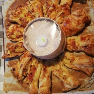 Idée recette : feuilleté au mont d'or 😍😍😍  Voici une façon originale de déguster du mont d'or (pour 8 personnes) . Il vous faudra : - 2 pâtes feuilletées - 1 mont d'or -2 jaunes d'œufs -3 cuillères à soupe de crème fraîche - 4 tranches de jambon blanc - 1kg de pomme de terre - thym - 2 oignons  ( il est possible d'y rajouter des épices, de l'huile d'olive....)  1. Pelez les pommes de terre, faites les cuires 10 min à la vapeur  Coupez les en rondelles fines. Pelez et émincez finement les oignons.  2. Faites dorer les oignons à la poêle pendant 5 minutes. Puis  ajoutez les pommes de terre, crème, jambon (coupés en lanières).  3. Déroulez une pâte feuilletée. Posez mont d'or au centre. Répartissez la farce tout autour, à 1 cm du fromage et laissez un bord libre de 3 cm au bord extérieur. Retirez le mont d'or. Badigeonnez le centre et le bord libre avec un jaune d'œuf. Recouvrez avec ma seconde pâte. Chassez l'air et placez à nouveau le mont d'or au centre.  5. Coupez la couronne en 16 morceaux égaux. Badigeonnez de jaune d'œuf puis tournez les d'un quart de tour vers la droite.  6. Après avoir entourez le mont d'or d'aluminium, mettez le au four entre 30 et 45 minutes.  Bon appétit 😁😁  #lait #montbeliarde#simmental #coopbouclans #livraisonàdomicile #boutiqueenligne#drive #simmental #veau #nancray #rochelezbeaupré #bouclans #fromagerie#lait #recette
